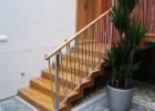 Obklad schodiště dubový masiv a zábradlí leštěná nerez