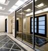 Zrcadlová skříň v chodbě